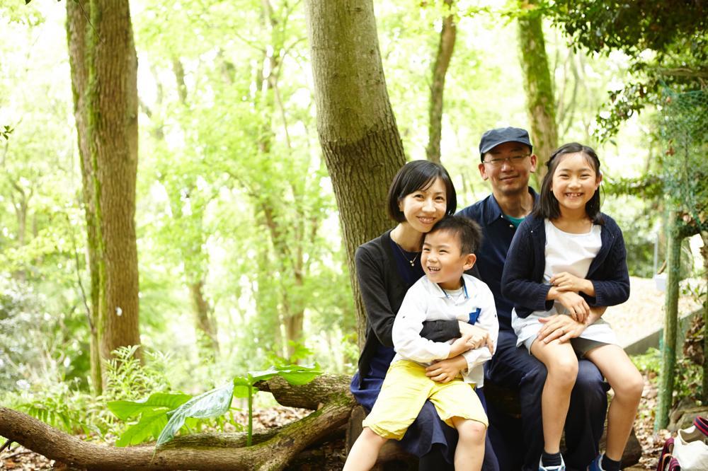 緑に囲まれて家族撮影写真