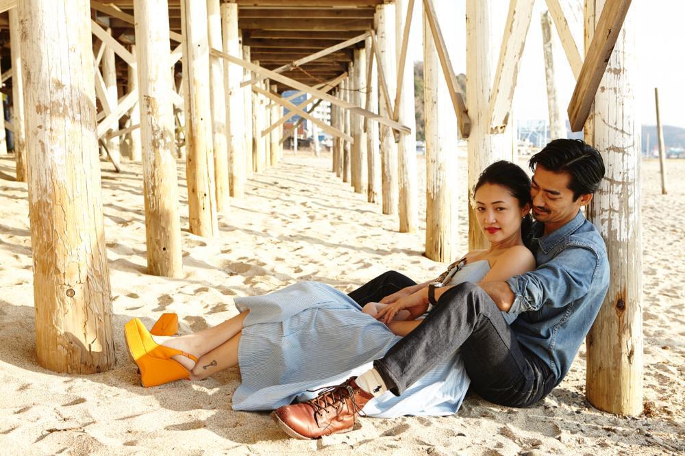 海辺での夫婦写真